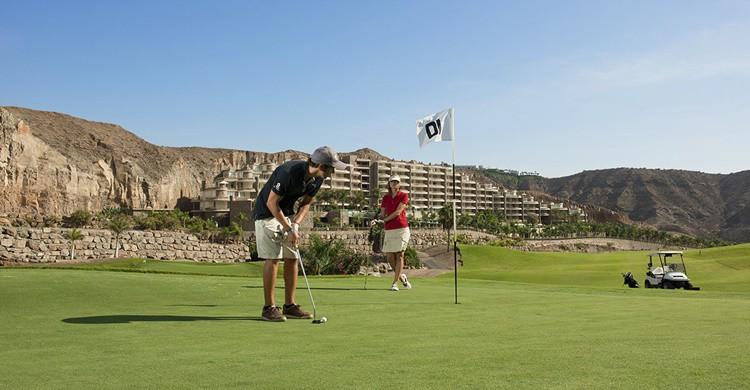Anfi Tauro Golf en Mogán, Gran Canaria. (https://anfi.com/es/anfi-resorts-golf/golf/)
