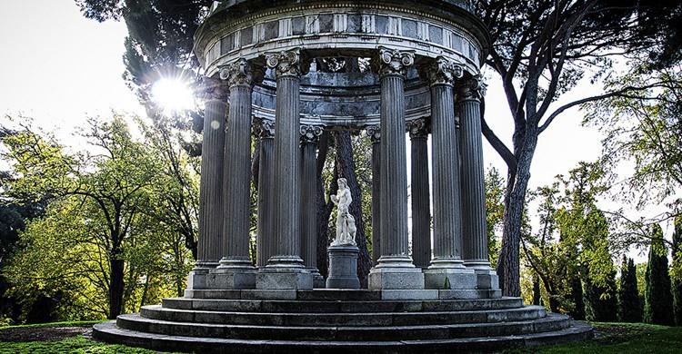 Templete de Baco en El Capricho, lugar ideal para hacerse fotos románticas. Jrxpo (Flickr)