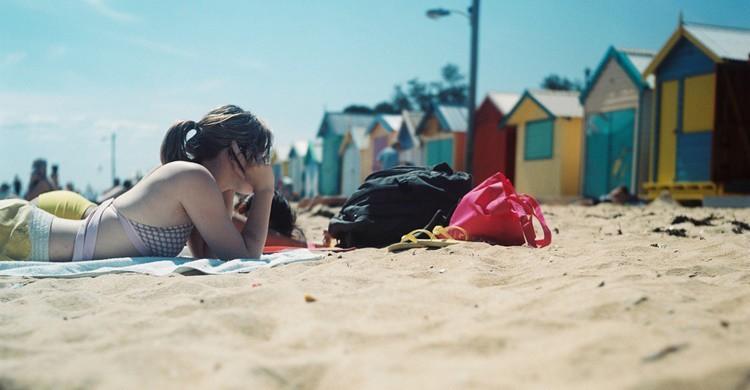 Chica en la playa de Brighton. Reinis Traidas (Flickr)