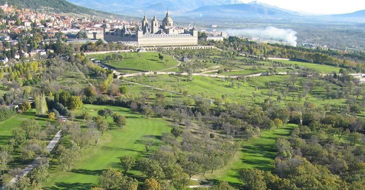 Club de golf de La Herrería, con el Monasterio de El Escorial de fondo (http://www.golflaherreria.com/)