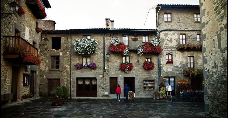 Plaza en Rupit: pizarra y flores a partes iguales. Jose Manuel Mota (Flickr)