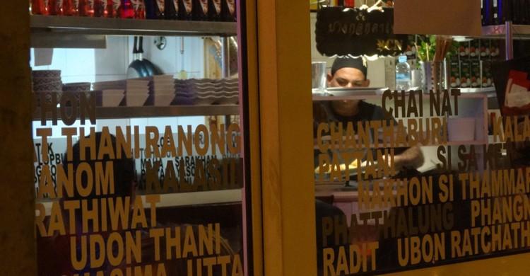 Desde el exterior. Bangkok Café, Facebook