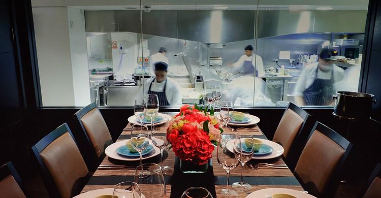 Cocina vista. Benares Restaurant & Bar