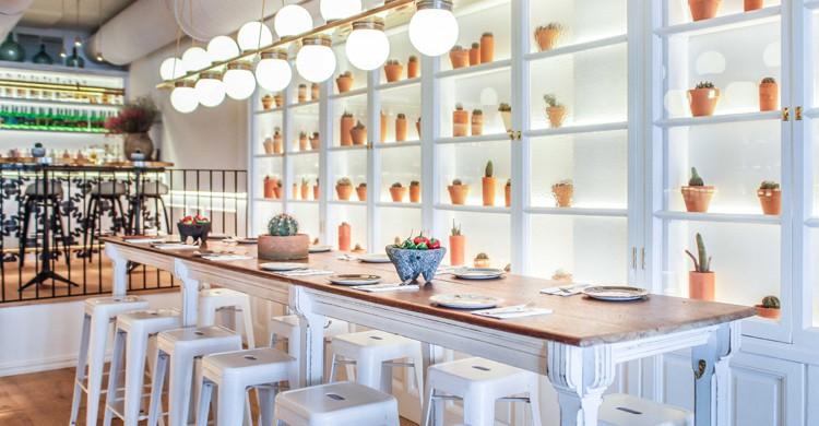 Mesa alta y barra. Restaurante Tepic