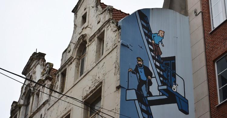 Tintín es uno de los personajes que aparecen en las fachadas de la Ruta del Cómic de Bruselas (iStock)