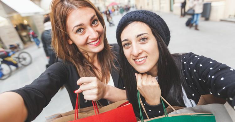Dos chicas se hacen un selfie con sus compras (iStock)