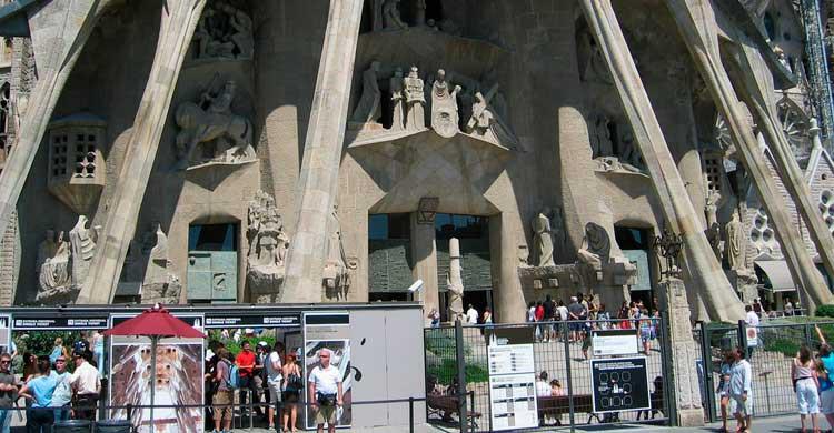 Acceso a la Sagrada Familia de Barcelona (Flickr)