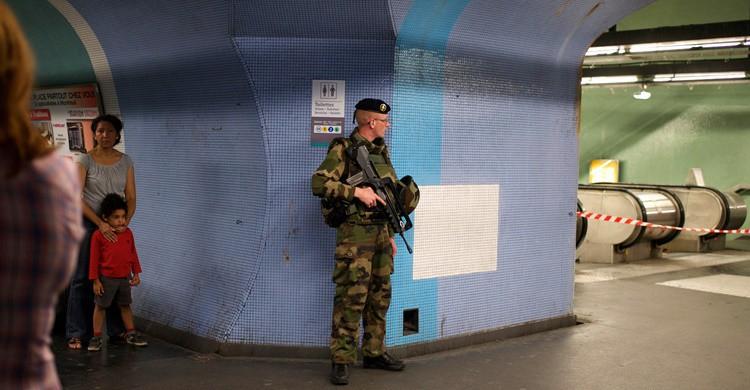 El ejército francés, en el metro de París tras los atentados terroristas de noviembre de 2015. Serge klk (Flickr)