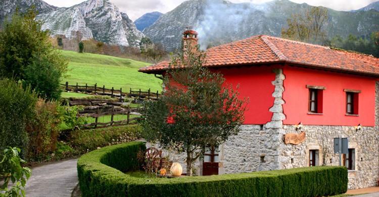 Aspecto general de la casa, con las montañas de fondo. (Flickr)