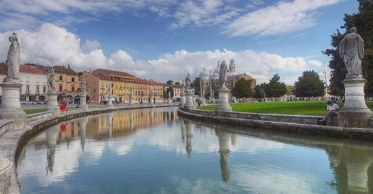 Prato della Valle, plaza de época napoleónica con canal. madbesl (Flickr)