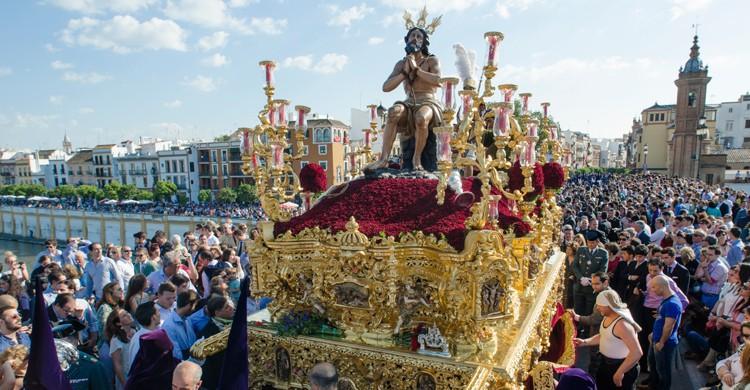 La Hermandad de La Estrella, en su procesión de Semana Santa cruzando el Puente de Triana (iStock)