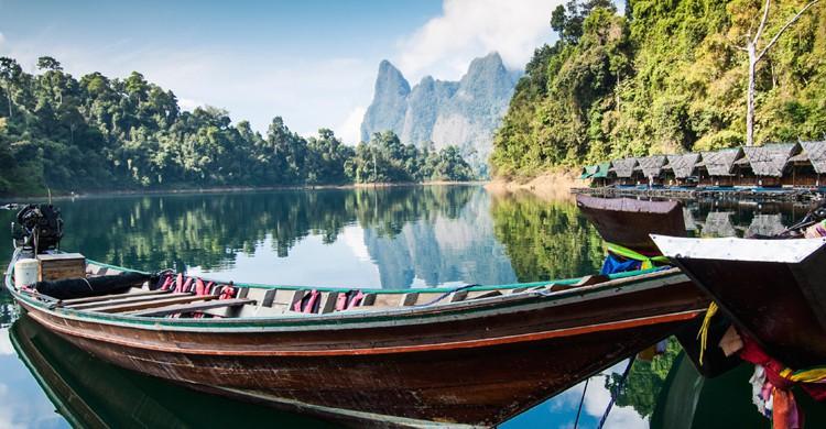 Lago Cheow Lan en el Parque Nacional Khao Sok (iStock)