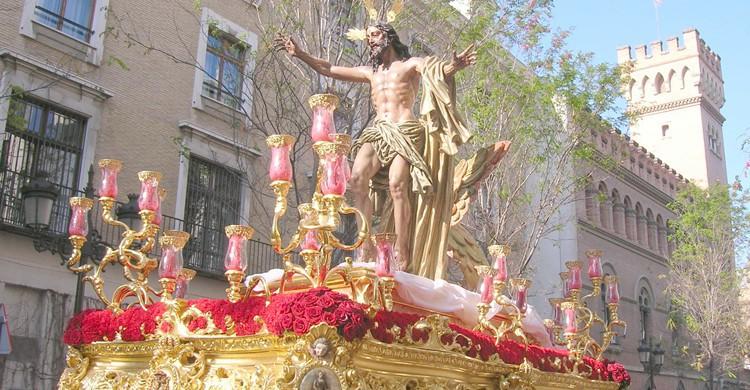 Imagen del paso que representa a Cristo Resucitado de la Hermandad de la Resurrección (huidadelmundanalruido.zoomblog.com)