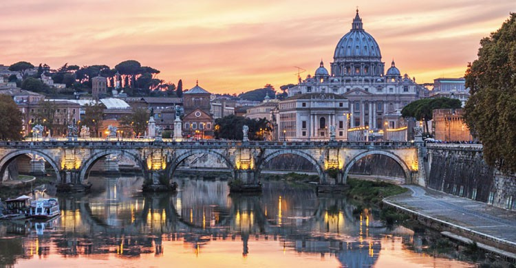 Vista al atardecer del Vaticano y la ciudad de Roma desde el Tiber (iStock)