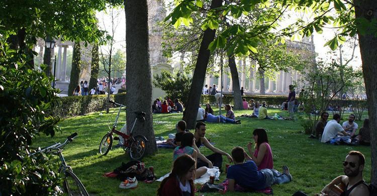 Ciudadanos tomando el sol en En Retiro de Madrid. Delaina Haslam (Flickr)