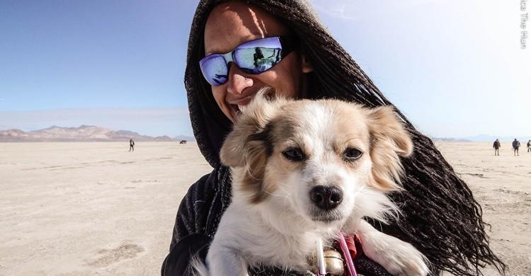 Perro y su dueño en una playa. J.H. Fearless (Flickr)