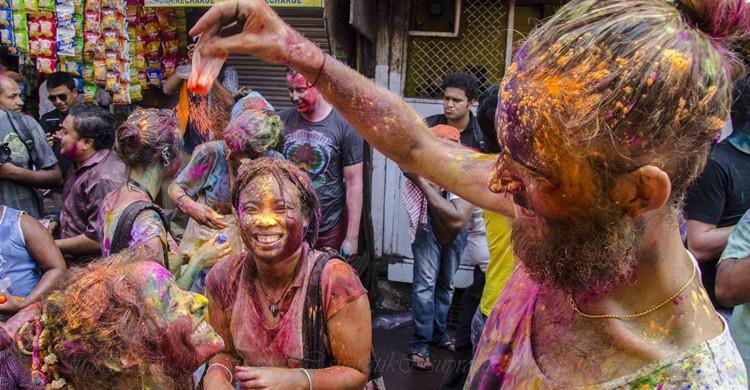 Varios jóvenes celebran el Holi en India. supratik chakraborty (Flickr)