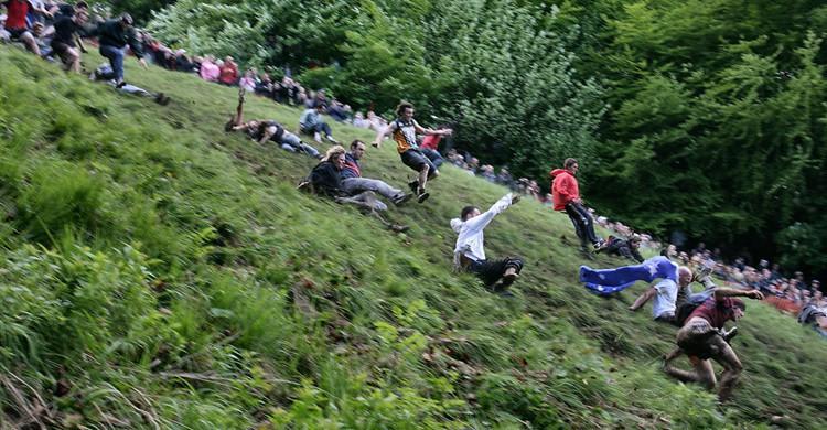 Jóvenes se lanzan ladera abajo en busca del queso rodante. michael warren (Flickr)