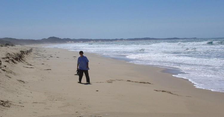 Turista en la playa de Ninety Beach en un día de viento. Phillip Capper (Flickr)