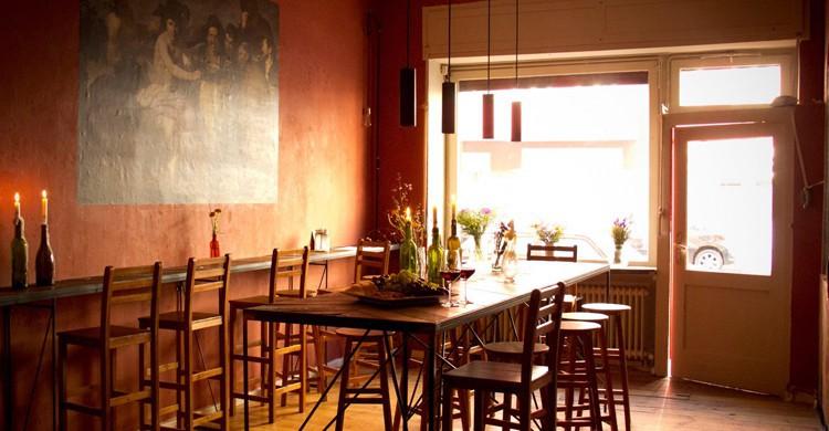 Zona de mesa alta compartida. Galatea Wine and Music Berlin, Facebook