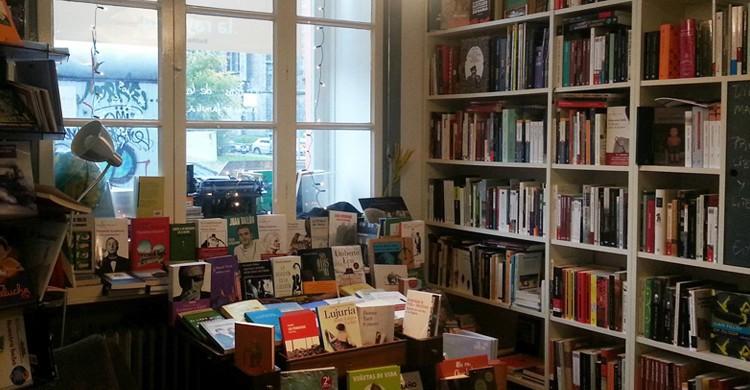 Lleno de libros. La Rayuela, Facebook