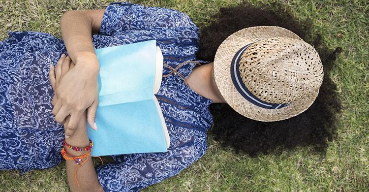 Leer en el parque (iStock)