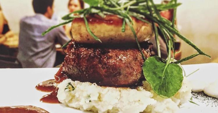 Solomillo de buey, foie y puré de patatas (Facebook Ovejas Negras Tapas)