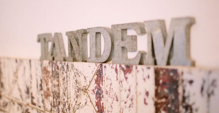 El nombre en la pared. Restaurante Tándem