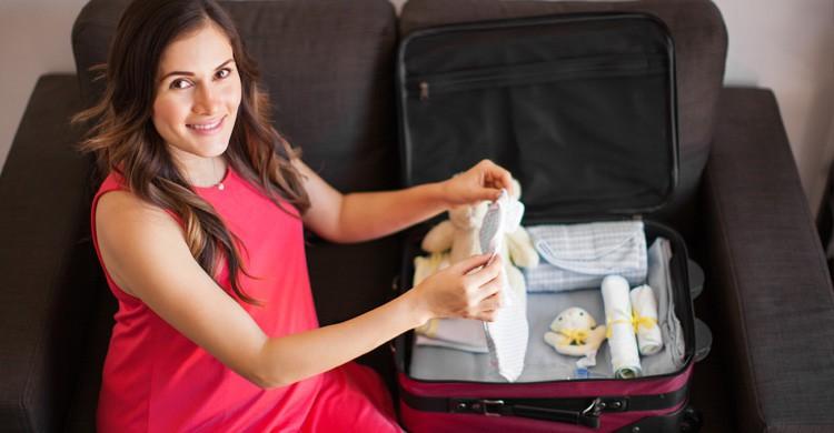 Madre preparando maleta del bebé (Istock)
