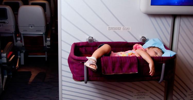 bebe durmiendo en cuna del avión (Istock)