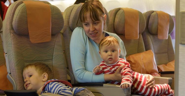 bebé sentado en avión (Istock)