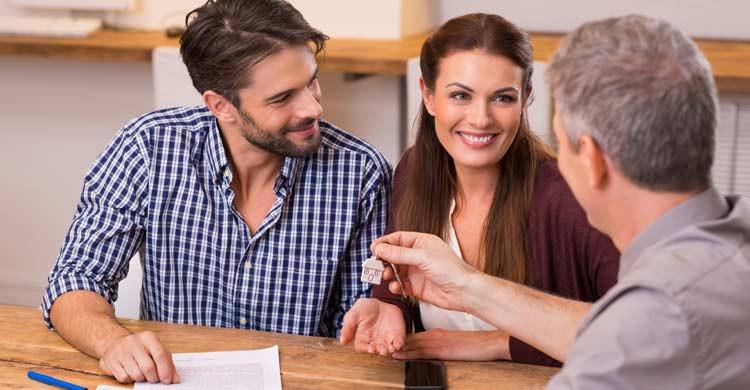 Formalizar un contrato te protege de posibles estafas o abusos (iStock)