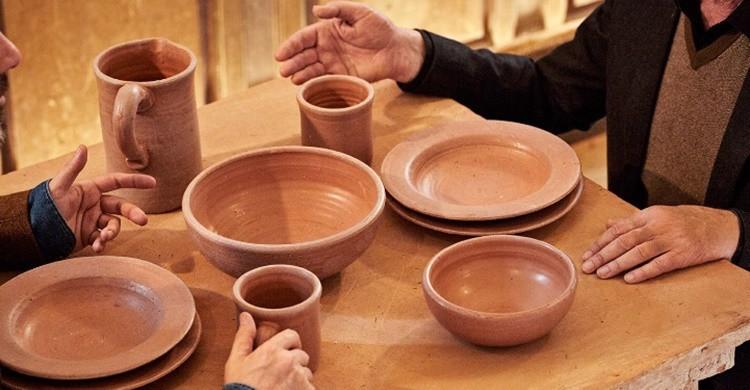 Platos y vasos hechos con mierda. (http://www.theshitmuseum.org/)