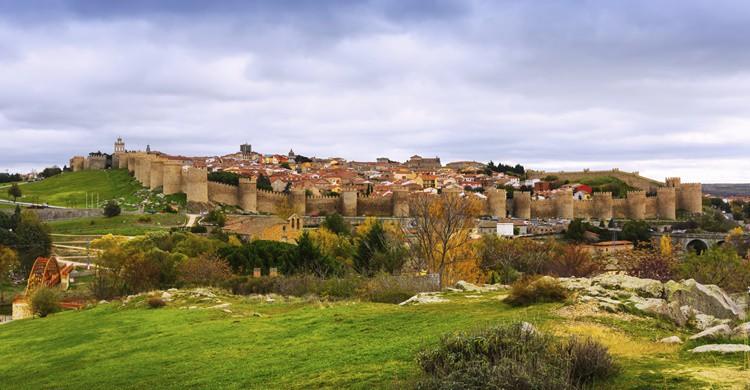 Vista parcial de Ávila y su muralla. JackF (iStock)