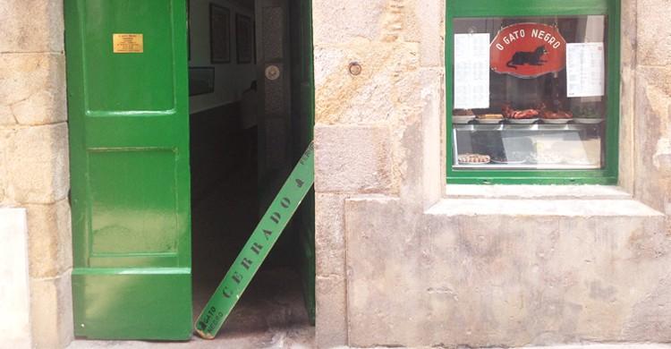 Entrada al bar. O gato negro (Facebook)