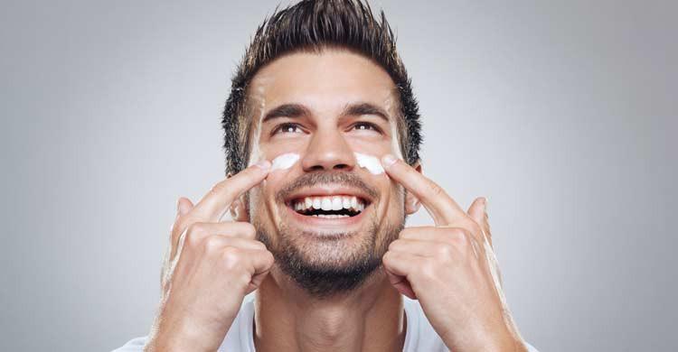 Disimula el cansancio con una crema antiojeras (iStock)