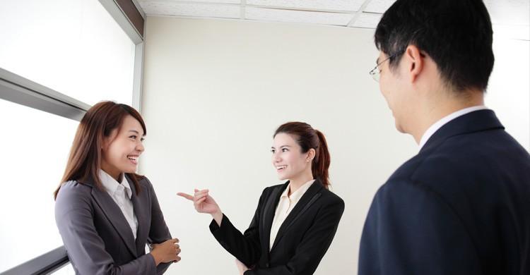 conversación ejecutivas japonesas (Istock)