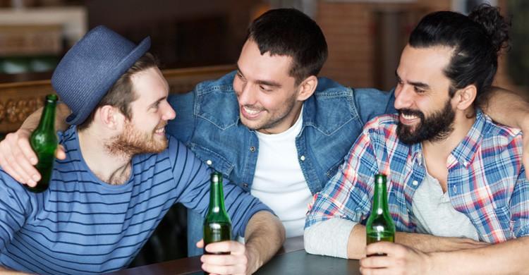 conversando en inglés en un pub (istock)