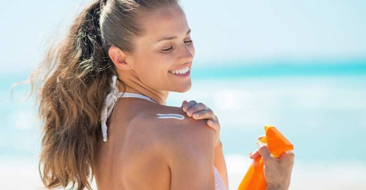 Debemos elegir una crema solar con un factor de protección alto para no correr riesgos (iStock)