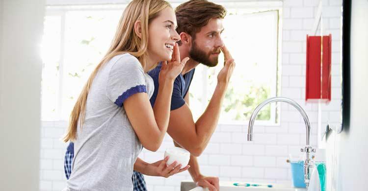 Aplicarse una crema hidratante es importante para cuidar la piel al final de cada jornada (iStock)