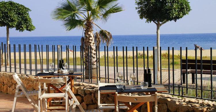 Una copa con vistas a la playa en los Campings de Tarragona