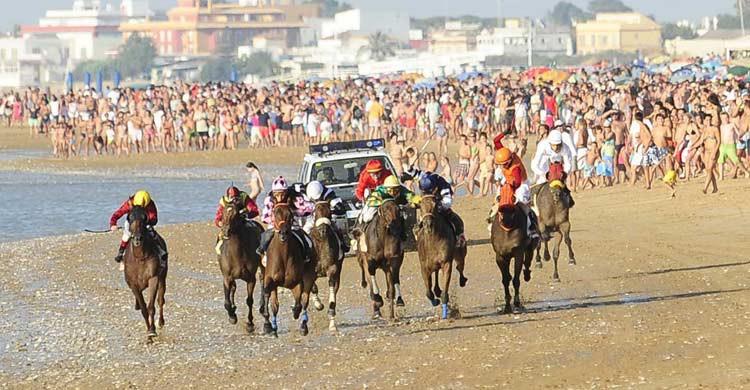 Carrera de caballos en las playas de Sanlúcar de Barrameda (cadizturismo.com)