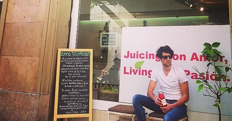 Cliente en la fachada de Lo&Lo Juicing (https://www.facebook.com/loandlojuicing/)