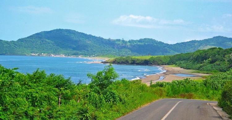 Playa de Montepío desde la carretera. Hernán Cortéz (Flickr).