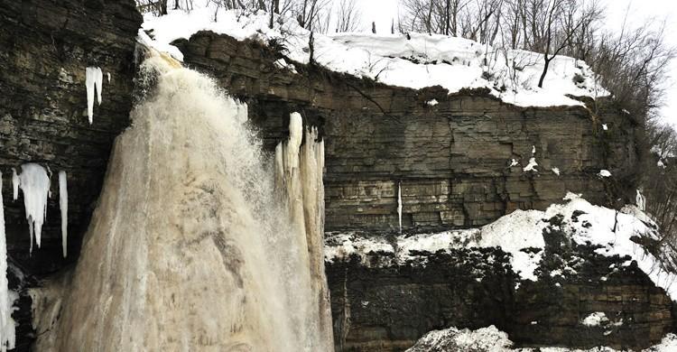 La cascada de Ontika, congelada. Tatjana Kruusma (iStock)