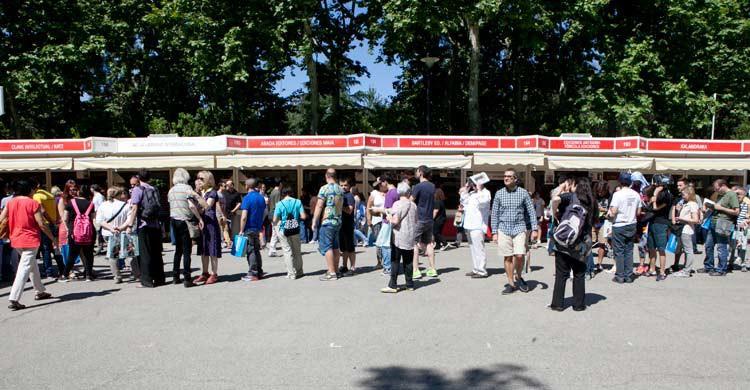 El Paseo de Coches del Parque del Retiro acoge cada año la Feria del Libro de Madrid (wikimedia.org)