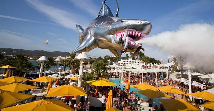 Fiesta en la piscina. Ocean Beach Ibiza (www.oceanbeachibiza.com)