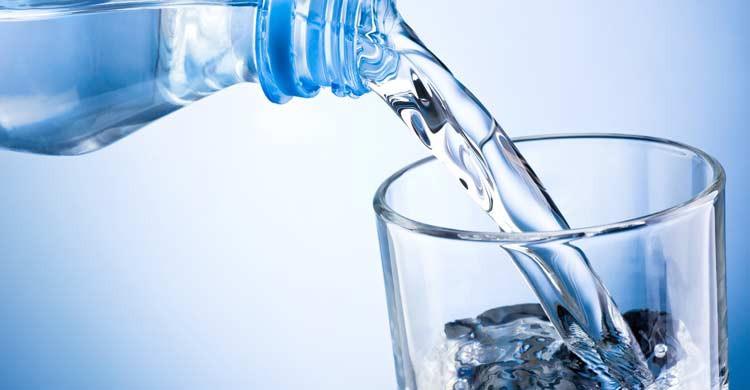 Bebe agua embotellada durante tu estancia en Marruecos (iStock)