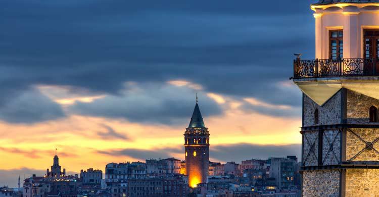 Torre Gálata y Torre de la Doncella en Estambul (iStock)