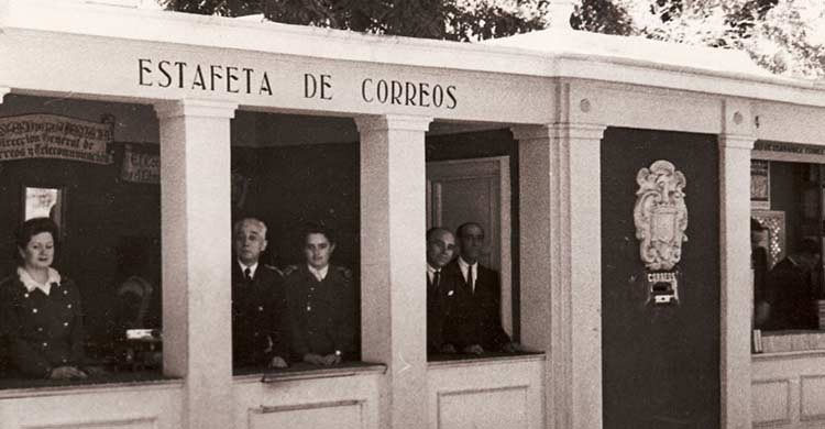 Imagen antigua de la caseta de la Estafeta de Correos (ferialibromadrid.com)